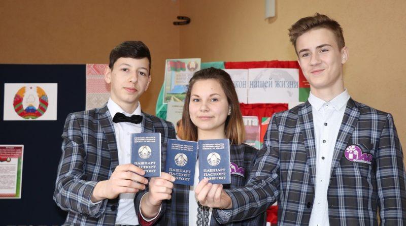 Мы — граждане Республики Беларусь. В День Конституции юным кореличчанам вручили паспорта