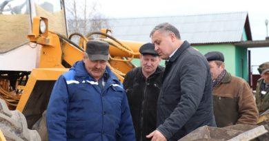 Председатель Кореличского райисполкома Виктор Шайбак высоко оценил работу инженерной службы и механизаторов КСУП «Цирин-Агро» по подготовке техники к посевной