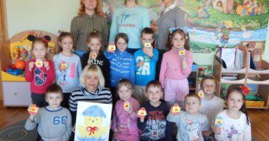 Волонтеры отряда «Наследники» подарили малышам из яслей-сада г.п. Мир пасхальный мастер-класс (фото)