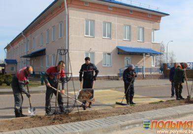 На субботник — всем коллективом. Сотрудники Кореличского РОВД и Кореличского РЭС наводят порядок на закреплённых территориях