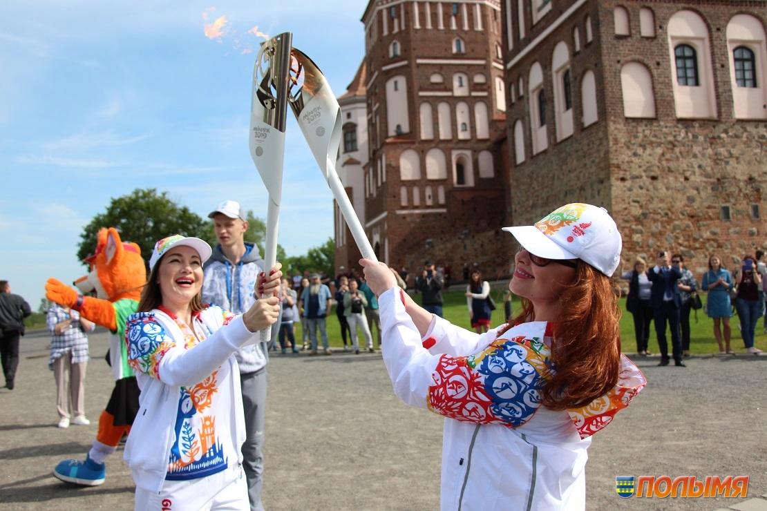 Эстафету «Пламя мира» встретили сегодня в Мирском замке (фото)