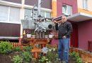 Столяр из Мира Николай Гиз сделал корабль из подручных материалов и превратил двор в порт