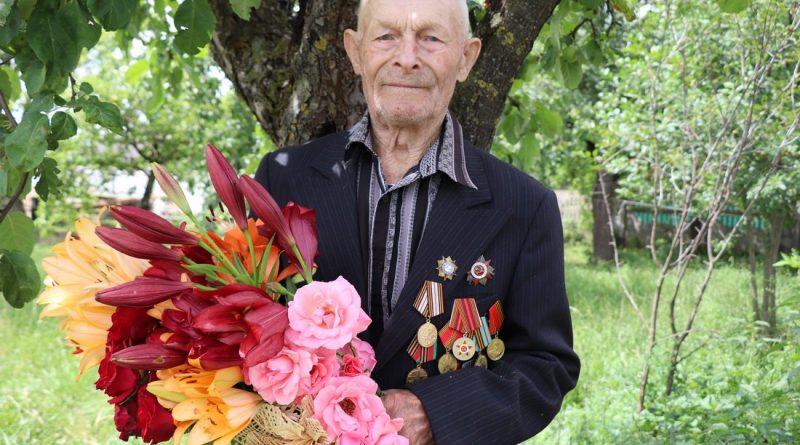 Ветерану войны Петру Иосифовичу Шевко исполнилось 95 лет. Юбиляра поздравило руководство района