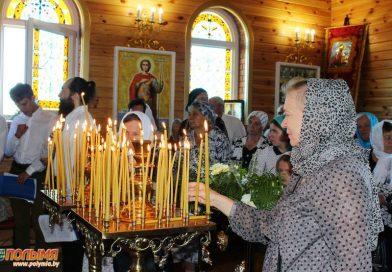 Православные верующие празднуют Воздвижение Креста Господня
