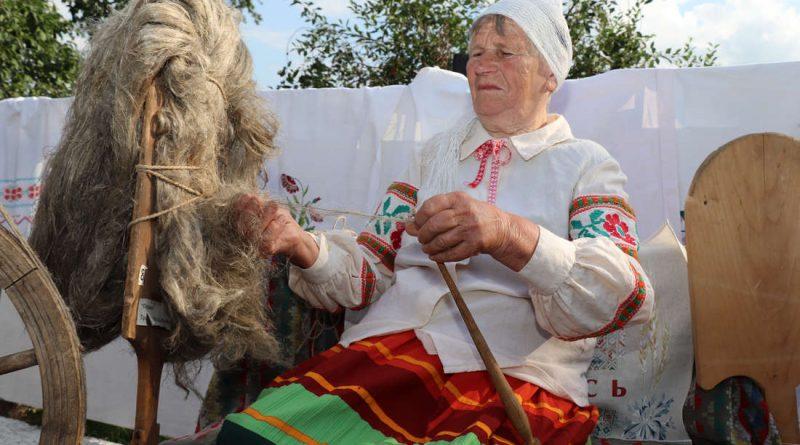 """Льняная лялька-абярэг, печыва з семенем льну, пляценне палатна. У Турцы з размахам адзначылі """"Лён-Фэст"""" (+відэа)"""